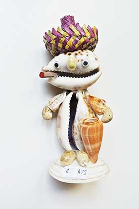 beeldje van Kauri schelpen (Cowry Joe)