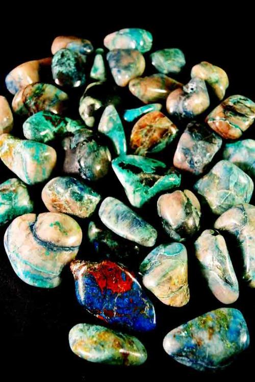 Quattro Quantum trommelstenen, getrommeld, gepolijst, knuffelsteen, knuffelstenen, handsteen, steen, edelsteen, mineraal, kopen, betekenis, werking, malachiet, chrysocolla, rookkwarts, shattukiet, dioptaas