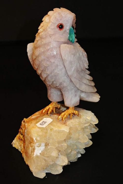 Rozenkwarts uil met Turkoois snaveltje op een mooi stuk bergkristal.