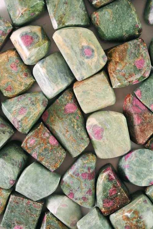 robijn in zoisiet trommelstenen, knuffelstenen, getrommeld, gepolijst, stenen, anyoliet
