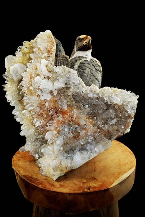 Arend op moedersteen met bergkristal, tangerine en golden healer, 31 cm, 18.1 kilo, edelsteen beeld, edelstenen beeld, statue, speciaal stenen beeld, groot, arend, vogel